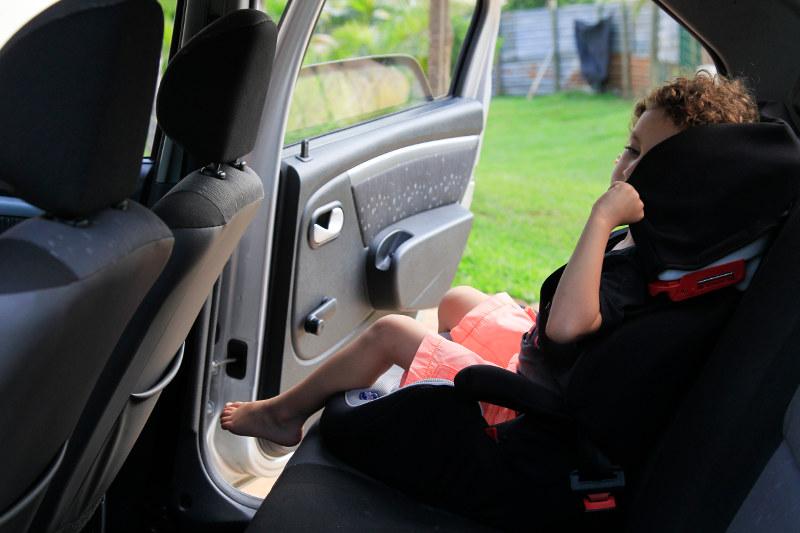 Niño sentado en una sillita de coche